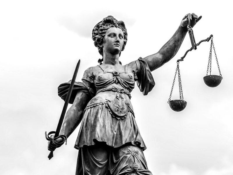 Kein bewaffnetes Handeltreiben ohne unmittelbare Zugriffsmöglichkeit | Betäubungsmittelstrafrecht – BGH, Urteil vom 13.12.2017 - 5 StR 108/17